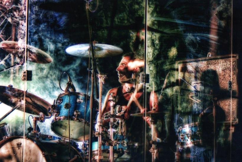 bruno-tassone-batterista-in-plexiglas