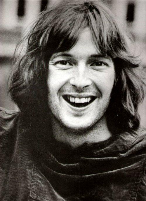 Eric Clapton nasce a Ripley nel Surrey il 30/05/1945. E' stato allevato dai genitori adottivi e ha studiato disegno su vetro. Comincia a suonare a 13 anni ... - Eric%2BClapton